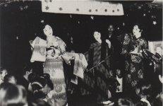 昭和4(1929)年、店舗でモデル(当時はマネキンと呼んでいた)を使った新作発表会も行っていた