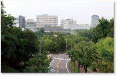 国立長寿医療研究センターとあいち健康の森健康科学総合センターを望む
