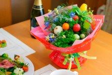 レースのような葉野菜や珍しい西洋野菜、みずみずしいミニトマトなど野菜の個性を生かしてブーケに仕上げる