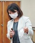 マスクの外側にシュッ (写真提供:伊豆毎日新聞社)
