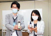 マスク除菌用ミスト(右)とシャンプーを披露 (写真提供:伊豆毎日新聞社)