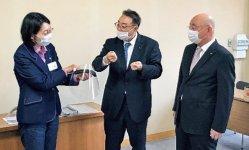 井上峰一会頭(右)らが伊東香織市長(左)に寄贈