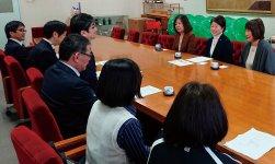 田上市長(左から3人目)と寄贈授与式で懇談する中嶋会長ら