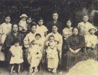 昭和10年の家族写真。中央後ろが三代目の有宏さん、その前が四代目の久子さん、久子さんに抱かれているのが五代目の有紀さん