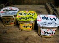 玉那覇味噌醤油の主力製品「首里みそ」「特選みそ」「王朝みそ」