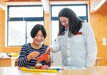 刺繍体験 (提供:(公財)アイヌ民族文化財団)