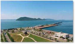 高松港を構成する再開発地区に立つ高松市文化芸術ホール(サンポートホール高松)から望む瀬戸内海と島々
