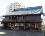 酒蔵の母屋、蔵、離れの3棟を移築、改修した「中町・蔵シック館」。イベントに、展示会にと多目的に利用され年中フル稼働だ