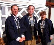 左から松尾昭専務理事、佐々木一郎理事長、竹入孝美事務局員。「正装しなきゃ」と揃いの法被を羽織って