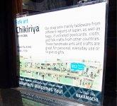 翻訳が本業の松尾さんが手掛けた商店街統一の英語表記の店頭サイン。店舗紹介とともに、ガイドマップとリンクした現在地表記が好評