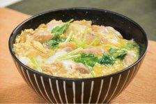 比内地鶏とは 比内地鶏は日本鷄「比内鶏」がルーツで、秋田県の北部地域で飼育されている。日本三大地鶏のなかでも比内地鶏は脂肪分が少なく、淡白ながら豊かな風味がある。本家比内地鶏では、肉質が良いとされる雌だけを選び、鶏1羽につき1~1・5坪の土地を与え適度に運動させ引き締まった肉質を作る。また、通常の鶏肉は30日で出荷されるところ比内地鶏は5倍の150日をかけた丁寧な飼育をし、その味や品質を保っている。