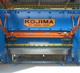 高さ約15m、横幅約15mという、日本最大級の1万6000t成形プレス機