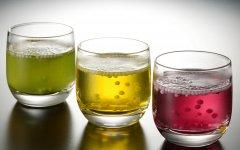 「九重」を入れたコップに湯または水を注ぐと、1分ほどで粒が浮き上がり、ぶどうやゆず、ひき茶の香りが漂ってくる
