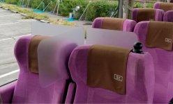 バスの座席に設置したシートバイザーは特許申請中。バス以外の乗り物や映画館や劇場シートの仕切りにも活用可能だ