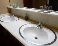 アメニティー類のほとんどを撤去し、準備や清掃の手間が大きく改善