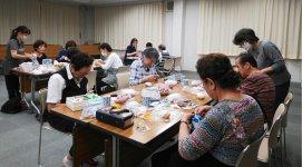 感染症対策を徹底し、講師を中心に黙々と作業する参加者たち