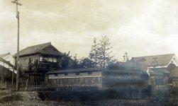 昭和2年に新築した時の家屋。右側の門や蔵に面影が残っている