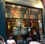 パリの日本料理店の店頭に飾られた菰樽
