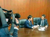 テレビ番組で各マスクの特徴を南出市長に説明する臼谷会頭(右)