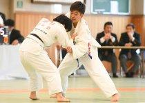 「第34回全日本視覚障害者柔道大会」で果敢に攻め、優勝した半谷静香選手(右) 撮影:吉村もと