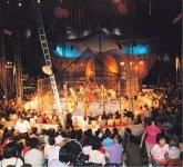 公演が始まると、テントの中ではさまざまな演技が繰り広げられる