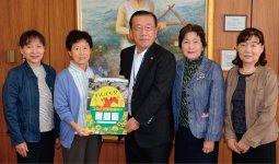 北村市長(中央)へポスターを手渡した
