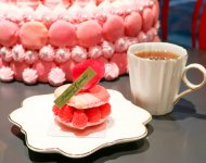 食べられるバラは、ケーキのトッピングとして使われることが多い