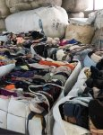 全国から集まった古着や繊維廃棄物は、染めなくても使える環境負荷の少ない糸にするべく、1点1点手作業で色分けされる
