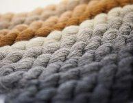 毛七の細さは1種類だが、生み出せる色は20色、400パターン。秋冬だけでなく春夏の薄地も開発にこぎつけた