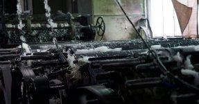 糸や生地をほぐしてわた状にする反毛機。わたの繊維が短いため化学繊維と合わせることで、強く風合いのある再生羊毛ができる