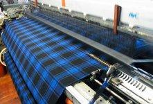 毛七はあえて旧式の織機を使い、時間をかけて手織りに近い良質な風合いを再現