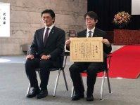 塩田充弘社長(右)と岩井茂樹国交副大臣