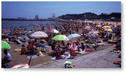 原釜尾浜海水浴場(震災前):波が比較的穏やかな遠浅の海水浴場。2016(平成28)年の再開後、写真のようなにぎわいの復活を目指している