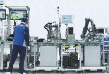 生産現場に協調ロボットを導入することにより、人手不足解消と3密回避の両立を実現