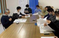 山徳平塚水産(宮城県石巻市)にて聞き取り調査する柳井さんと学生たち