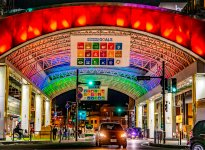 「バードハット」(新鳥取駅前地区商店街)は、横断幕とSDGsのイメージカラーで華やかにライトアップしている