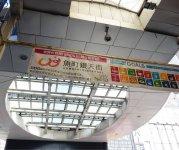 商店街内のLEDライトの電力はすべて、アーケードの屋根に設置されたソーラーパネルでまかなっている