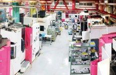 24時間稼働する無人工場。社員はデスクで顧客から依頼された設計図を基に加工のためのプログラミングを行う