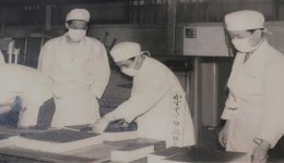 昭和37(1963)年、天皇巡幸の際、御用菓子として献上するカステラを製造