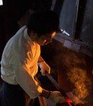 鋼と地鉄の間に鍛接剤をまいて高温で接着する
