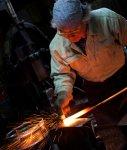 接着された鋼と地鉄を打ち合わせ、不純物や酸化鉄を取り除く