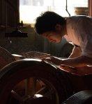 回転砥石(といし)と呼ばれる機械で刃を研ぎだす