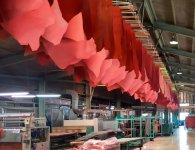 染色し加脂した革は、余分な水分を絞ってから乾燥させる。乾燥方法はさまざまで、工場内に大量に干された革は圧巻だ
