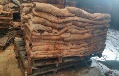 国内外から仕入れた塩漬け状態の原皮。1枚約40kgにも相当し、皮の状態もさまざまなため職人の経験と勘は必須