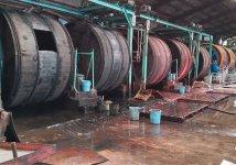 工場内に並ぶ巨大な木製ドラム。薬品処理をして染色し、皮革独自の柔軟性を引き出していく