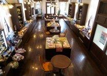 香蘭社の本社内にあるショールーム。2階には古い陶磁器も展示されている