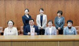 市役所での贈呈式で、岩﨑会長(前列右から2人目)から、大西市長へ目録を手渡した
