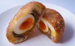 カレーパンの中には半熟卵が丸々1個入っており、インパクト大