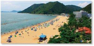 岡山県下最大の渋川海水浴場(日本の渚100選)。遠方はボルダリングの原点・聖地と呼ばれる王子が岳