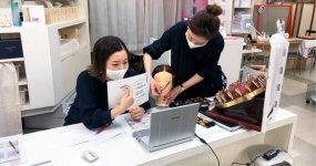 松井さんの経営する化粧品店「みどりや」では、人気講座をオンラインで実施。コロナ禍にあってまちゼミも進化する